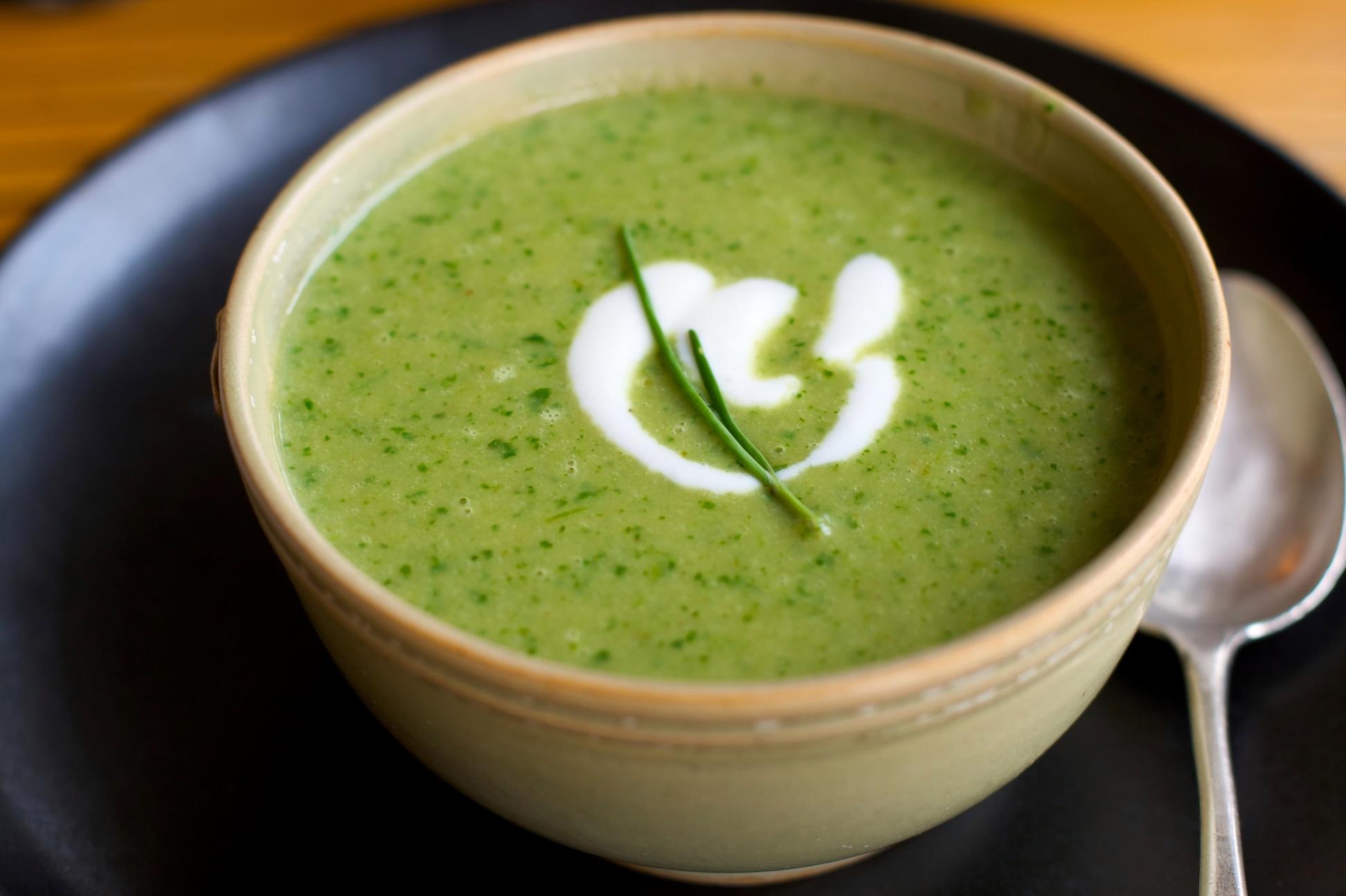 Суп пюре с броколи креветками жареными семечками икуркумой